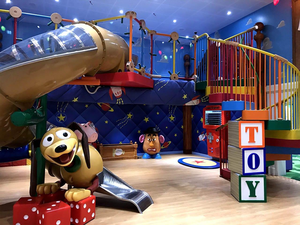 La salle de jeu à l'effigie de Toy Story, idéale pour les petites et complètement immersive.