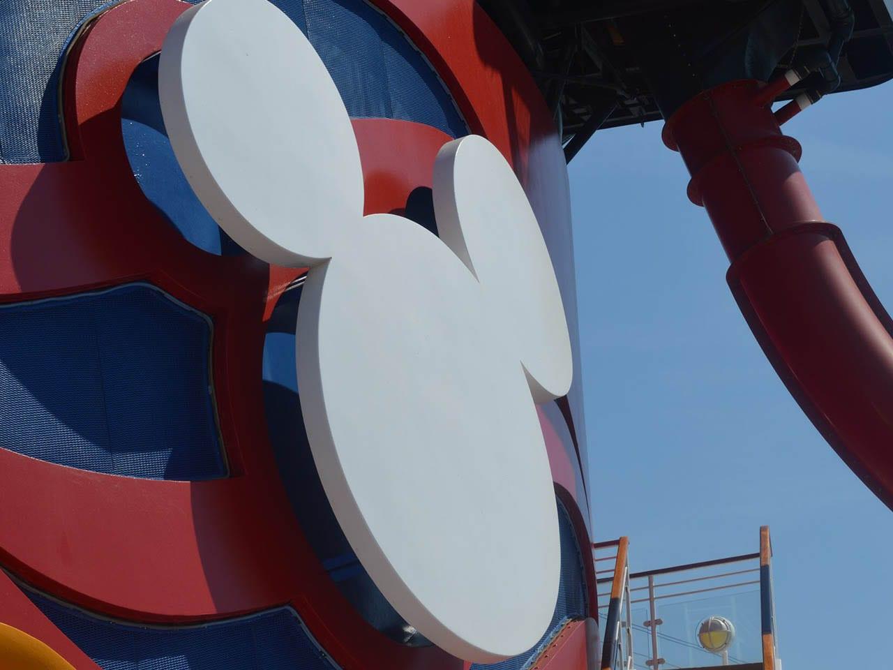 Gros zoom sur l'immense tête de Mickey présente sur les cheminées, Disney cruise line, bateau Disney