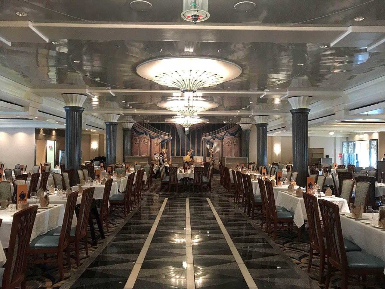 Un restaurant sur le thème de la Belle et la Bête, bateau disney magic, disney cruise line