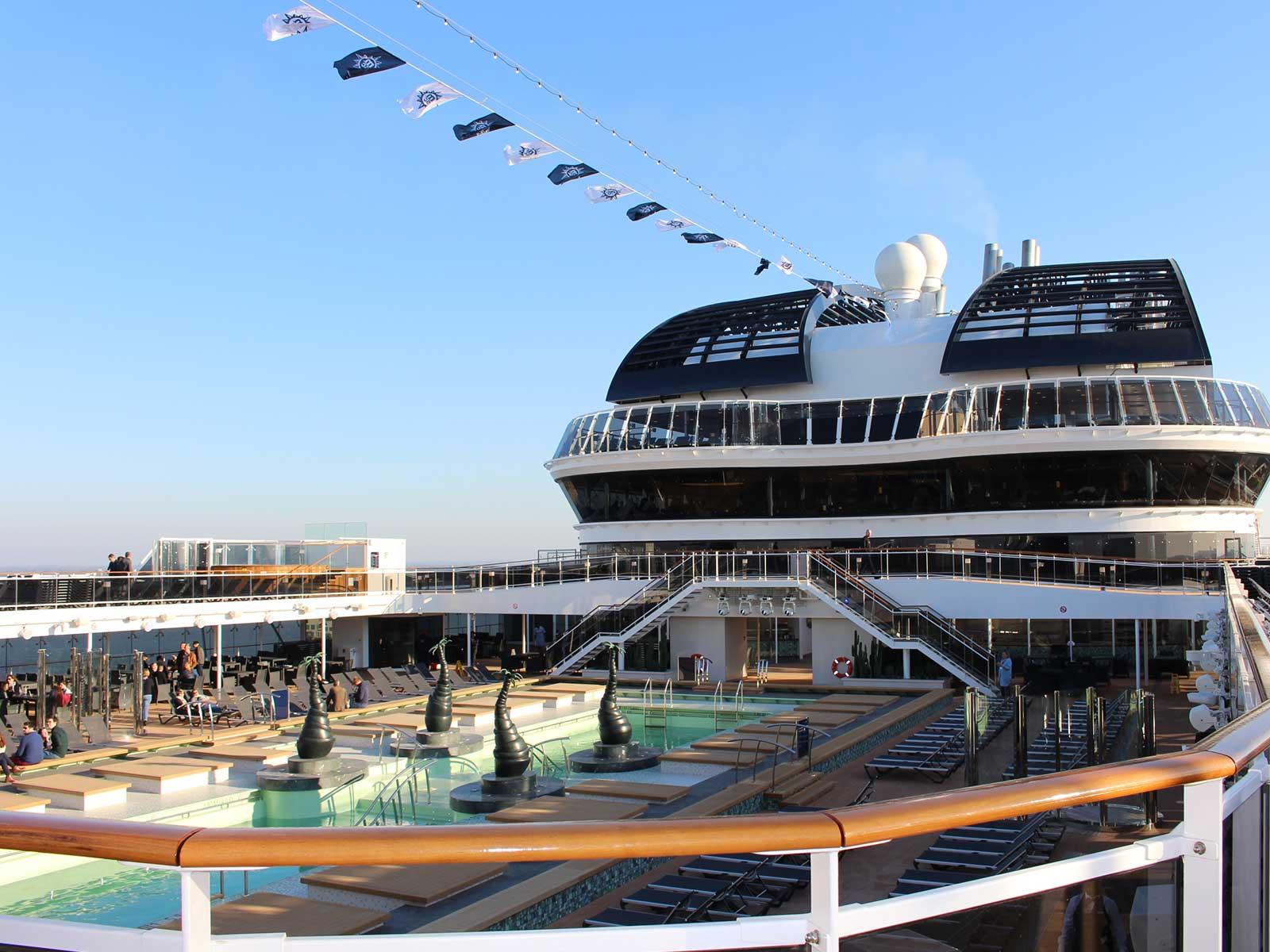 epoustoufflant pour son design incroyable, le MSC Bellissima c'est surtout un navire qui dispose pour la premières fois en mer d'un dôme en verre de 480m2. Une prouesse technique qui lui vaut les honneurs d'être dans ce top