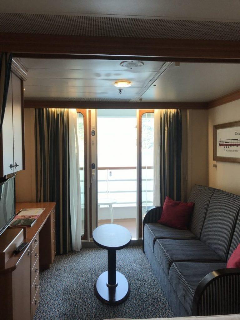 Cabine extérieure avec balcon. La cabine dispose d'une petite table amovible avec un canapé convertible