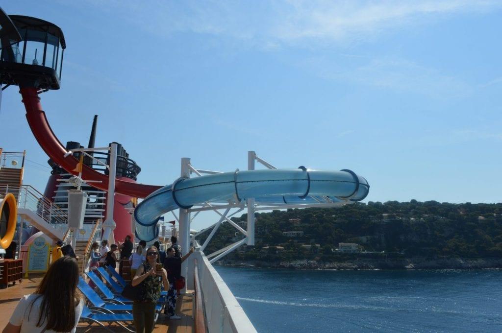 L'Aquadunk, le toboggan à sensation forte présent sur le Disney Cruise Line et qui passe au-dessus de la mer